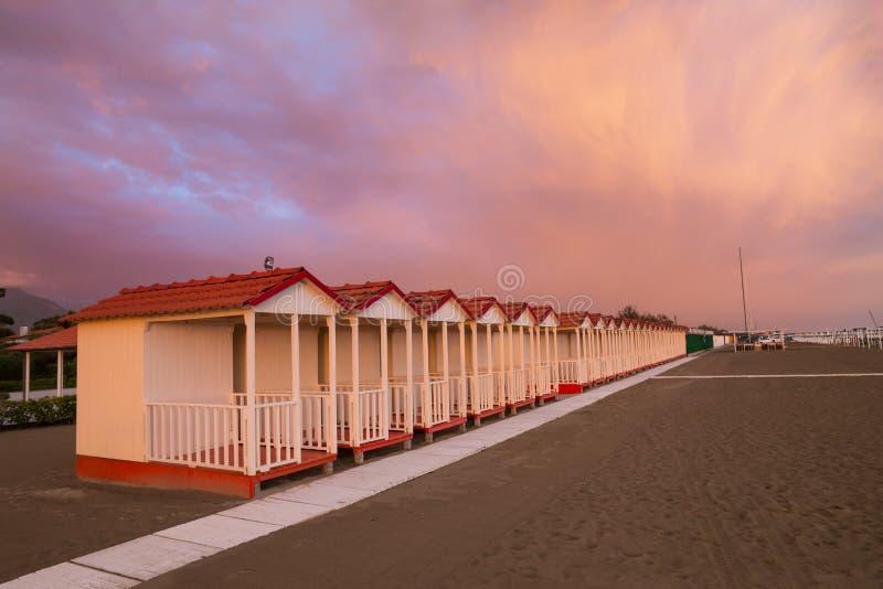 福尔泰德伊马尔米的在紫色天空日落的海滩客舱 图库摄影