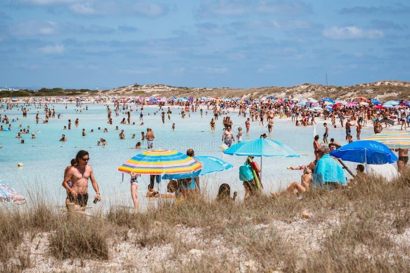 福门特拉岛,西班牙- 2018年8月12日:享用Illetas的海滩人们 免版税库存照片