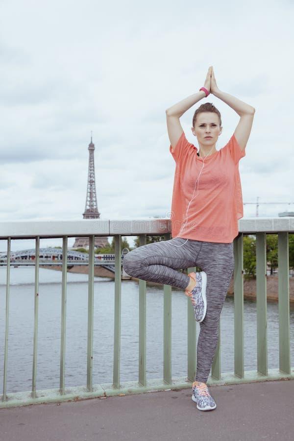 离做瑜伽的埃菲尔铁塔不远的妇女慢跑者 库存照片