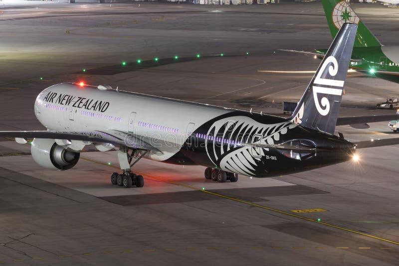 离去在晚上的新西兰航空公司 免版税库存照片