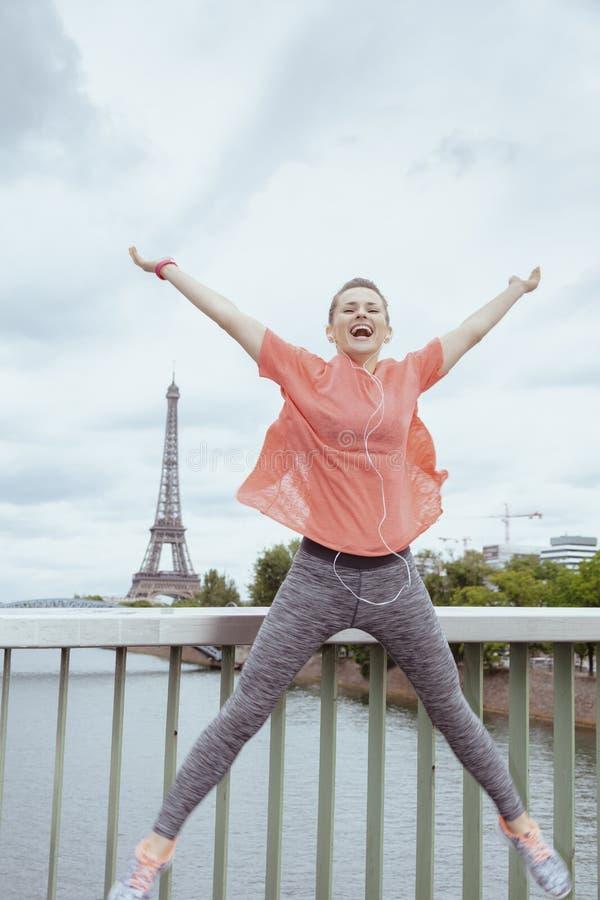 离埃菲尔铁塔不远的妇女慢跑者在巴黎,法国跳跃 免版税库存照片