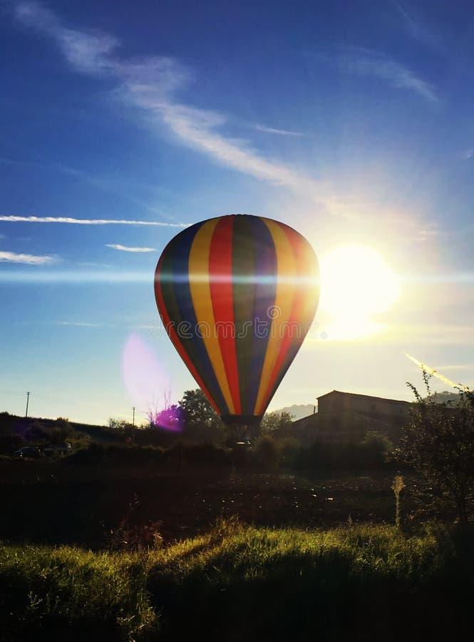 离开与后边阳光的热空气气球 库存图片