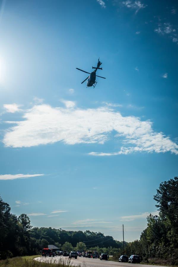 离开事故现场的紧急医院直升机 免版税库存图片