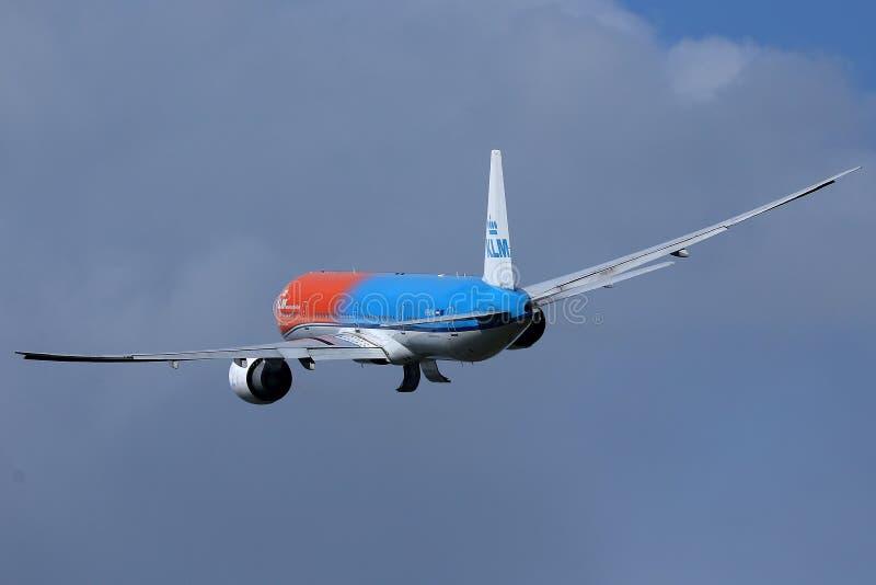 离开从史基普机场,AMS的KLM橙色号衣喷气机 r 免版税库存图片