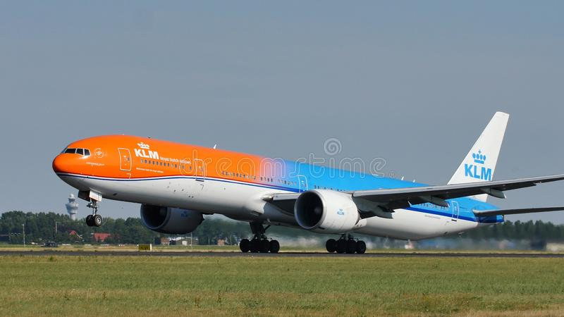 离开从斯希普霍尔机场, AMS的KLM橙色号衣喷气机 回到视图 库存图片