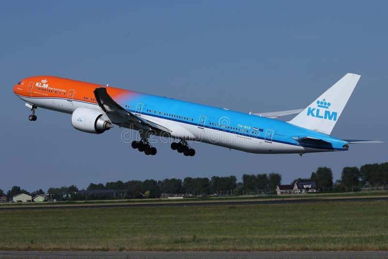 离开从斯希普霍尔机场, AMS的KLM橙色号衣喷气机 回到视图 库存照片