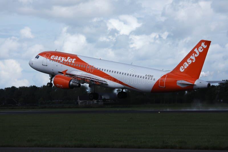 离开从机场的易捷航空空中客车喷气机 免版税库存图片