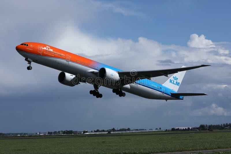 离开从阿姆斯特丹史基普机场,AMS的KLM橙色号衣喷气机 免版税库存照片
