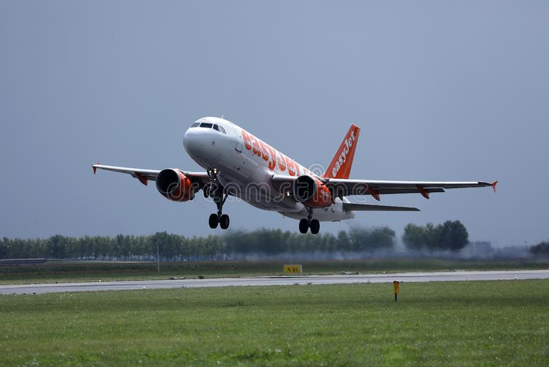 离开从阿姆斯特丹史基浦机场AMS,荷兰的易捷航空空中客车喷气机 免版税图库摄影