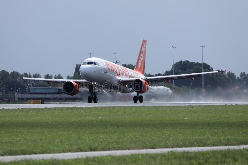 离开从阿姆斯特丹史基浦机场AMS,荷兰的易捷航空空中客车喷气机 库存照片