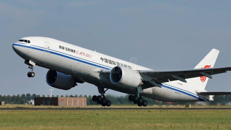 离开从阿姆斯特丹机场, AMS的国航货物 免版税库存照片