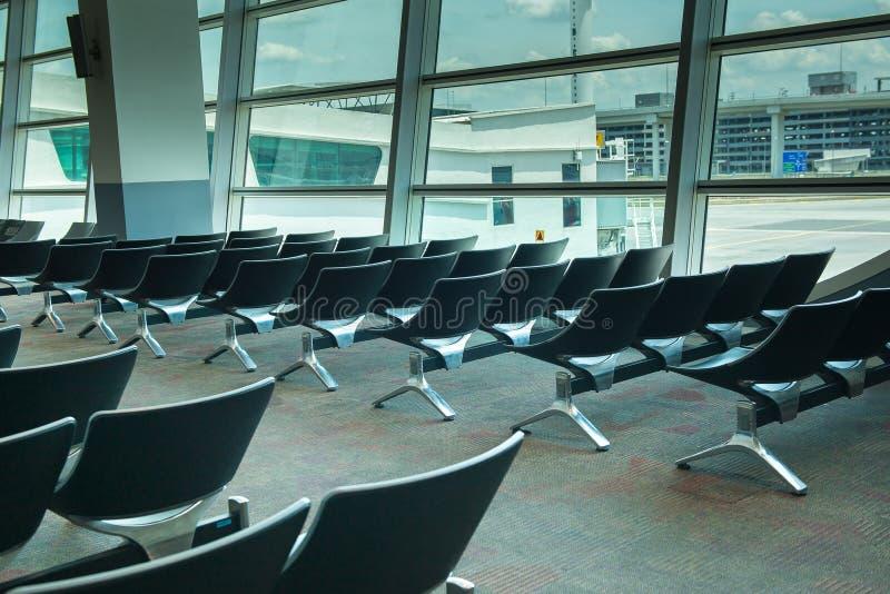 离开休息室内部空位在机场,与椅子的等候室 免版税库存照片
