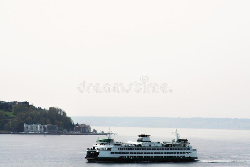 离开口岸的游轮出去到海 免版税库存图片