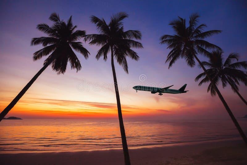 离开在日落,在热带海岛概念,飞行的假日的飞机 图库摄影