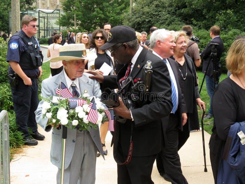 离开大教堂的战争英雄在葬礼以后 图库摄影