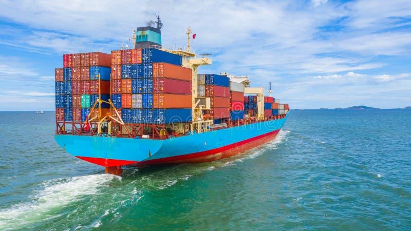 离开工业口岸的集装箱船、进口和国际性组织的出口业务后勤和运输由容器 免版税图库摄影