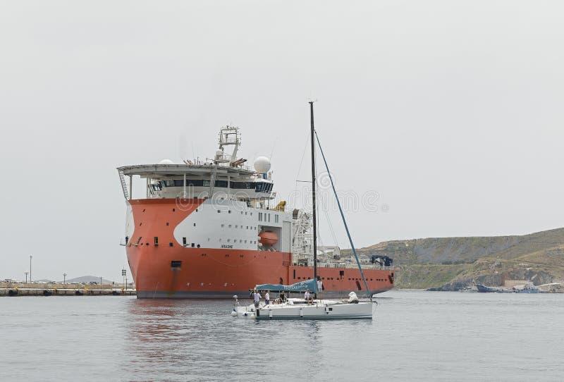 离开港口的起重机船 免版税库存图片