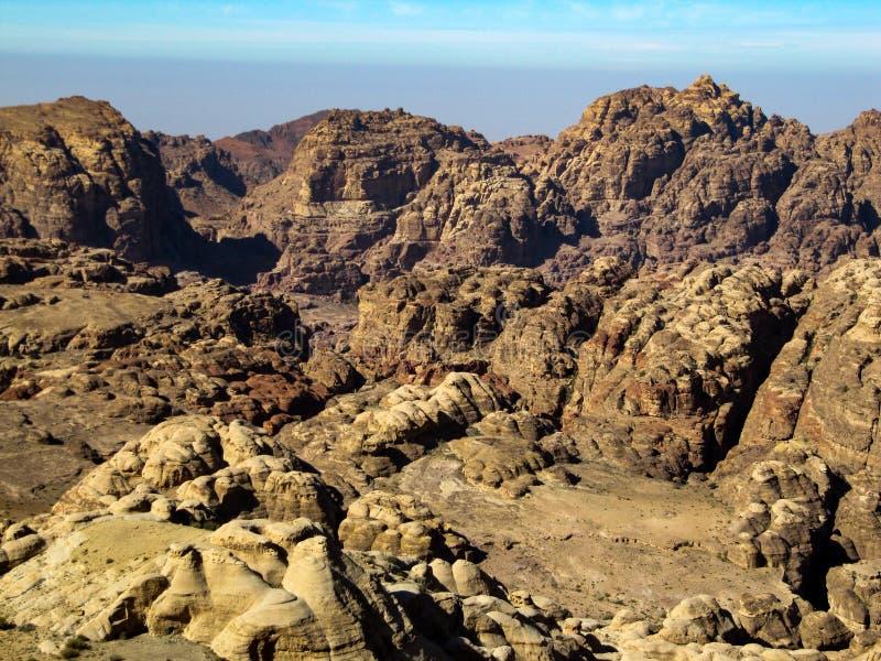 离开的巨大的红色石小山风景看法  库存照片