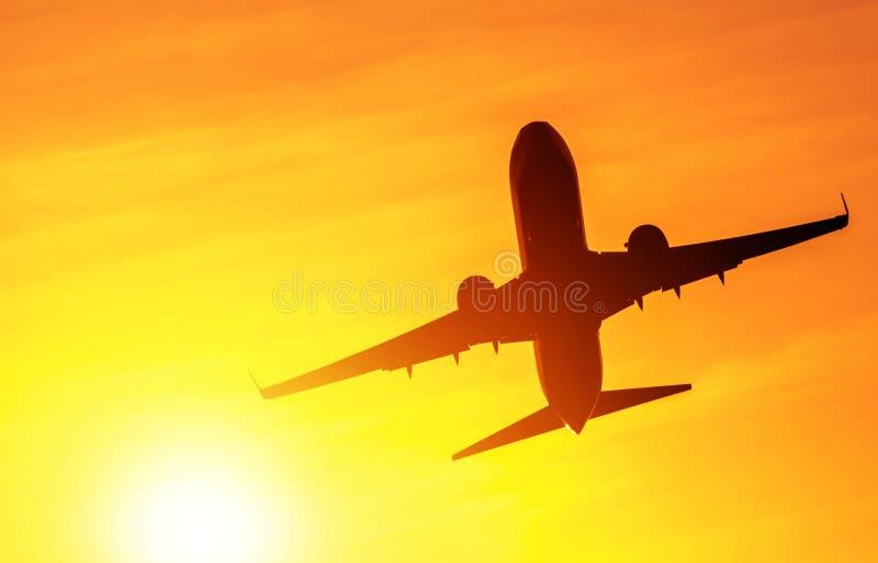 离开的飞机在阳光下 库存照片
