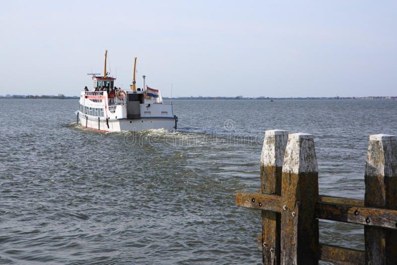 离开端口的小船 免版税库存图片