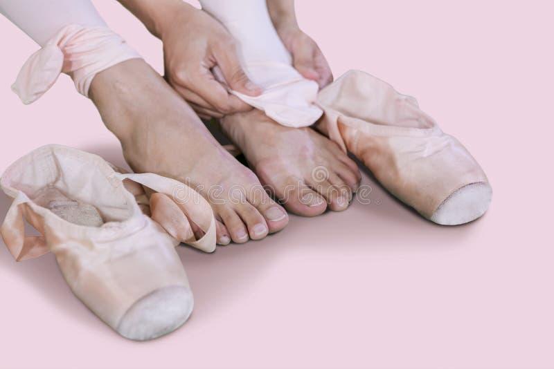 离开芭蕾舞鞋的女性舞蹈家在跳舞以后 图库摄影
