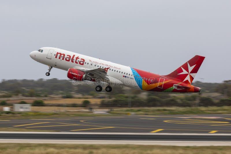 离开马耳他航空空客320 免版税库存照片