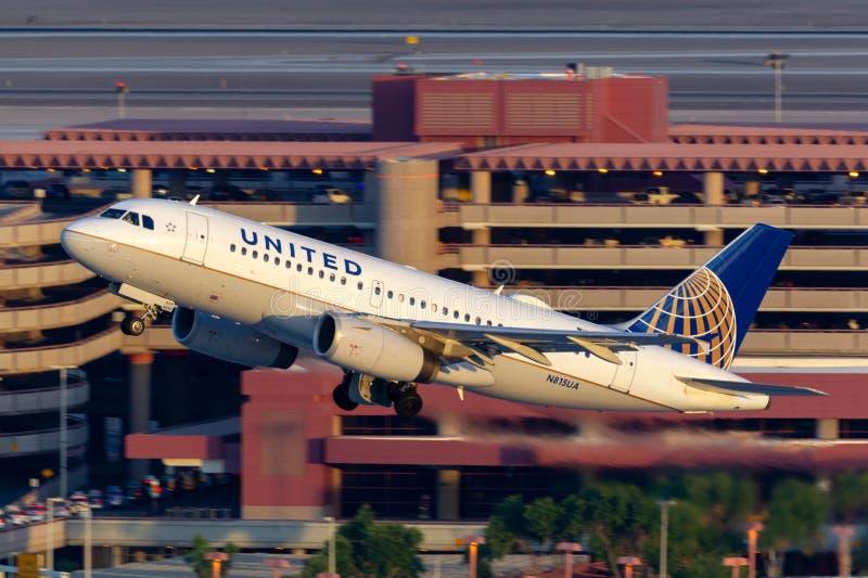离开麦卡伦国际机场的美联航空中客车A319飞机在拉斯维加斯 免版税库存照片