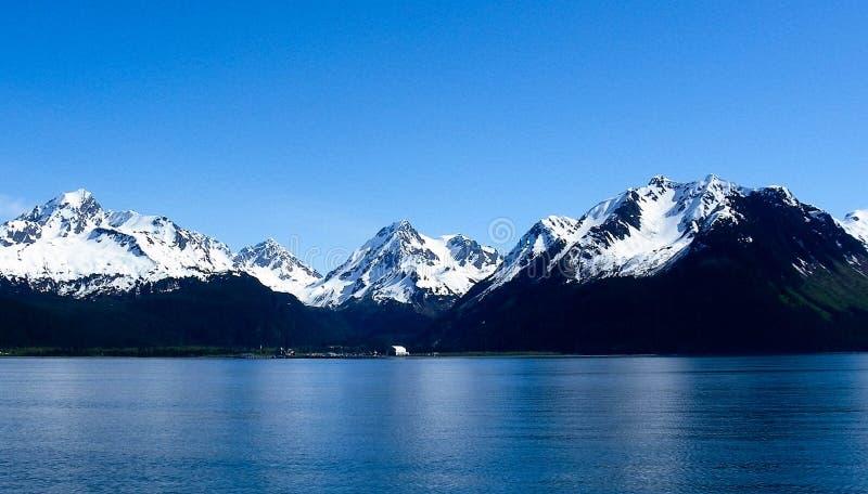 离开Seward,阿拉斯加的山在夏天 库存图片