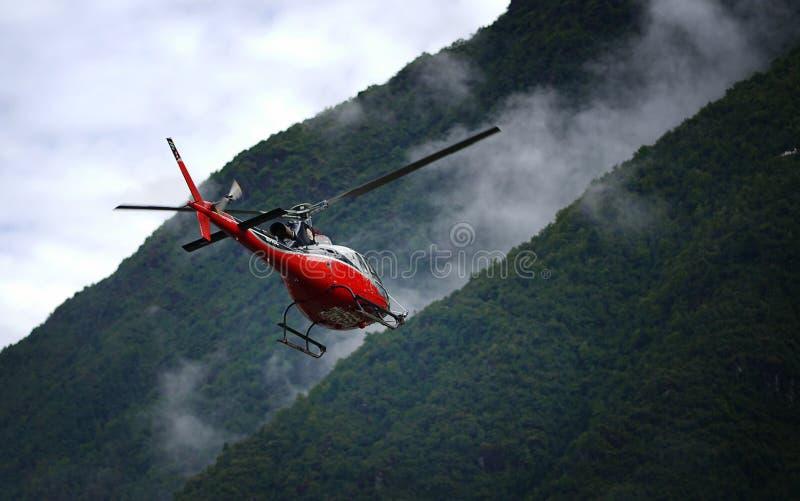 """离开Tenzing†""""希拉里机场的红色直升机 图库摄影"""