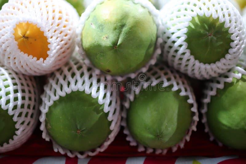 离番木瓜较近,与好好处的更多果子健康的 图库摄影