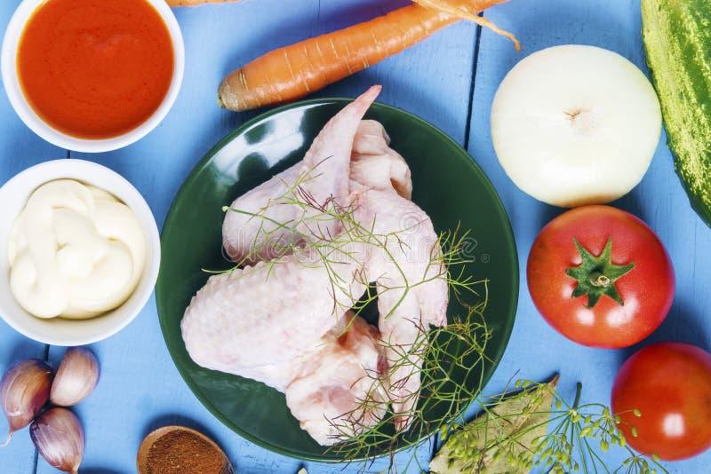禽畜肉与有机菜的健康食物的准备的 从农场的新鲜的成份 顶视图 库存图片