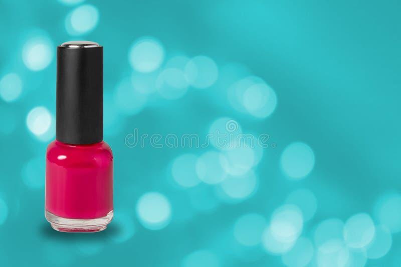 秀丽、时尚和指甲艺术 修指甲艺术化妆工具,瓶在蓝色bokeh背景的红色五颜六色的胶凝体指甲油与 免版税库存图片