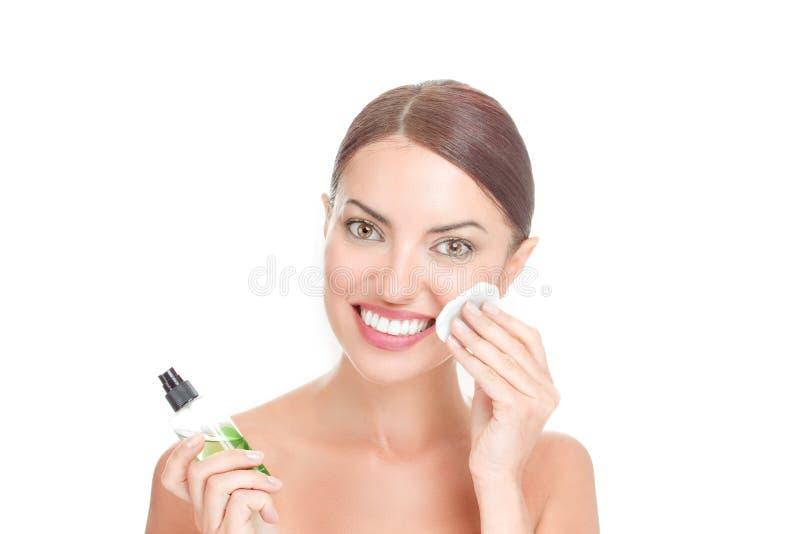 秀丽、皮肤护理和人概念-适用于化妆水的妇女棉花圆盘垫 免版税库存照片