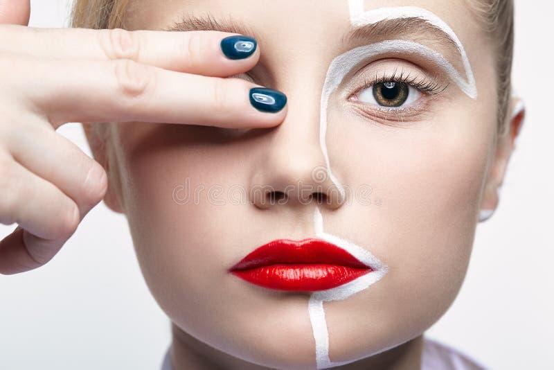 秀丽一个少妇的时尚画象 有一异常的创造性的构成面孔paintin的女性 图库摄影