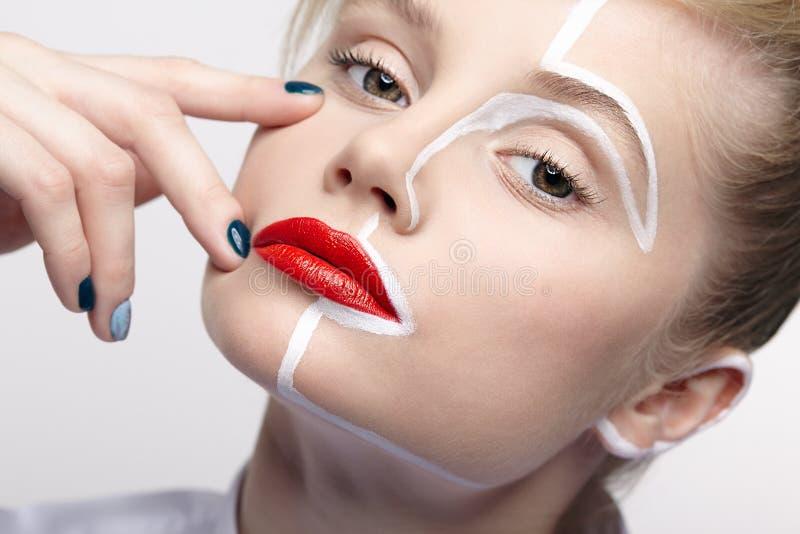秀丽一个少妇的时尚画象 有一异常的创造性的构成面孔paintin的女性 免版税图库摄影