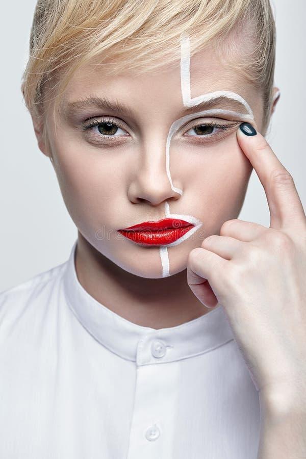 秀丽一个少妇的时尚画象 有一异常的创造性的构成面孔paintin的女性 库存图片