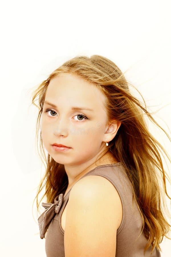 秀丽与棕色头发的女孩画象 免版税图库摄影