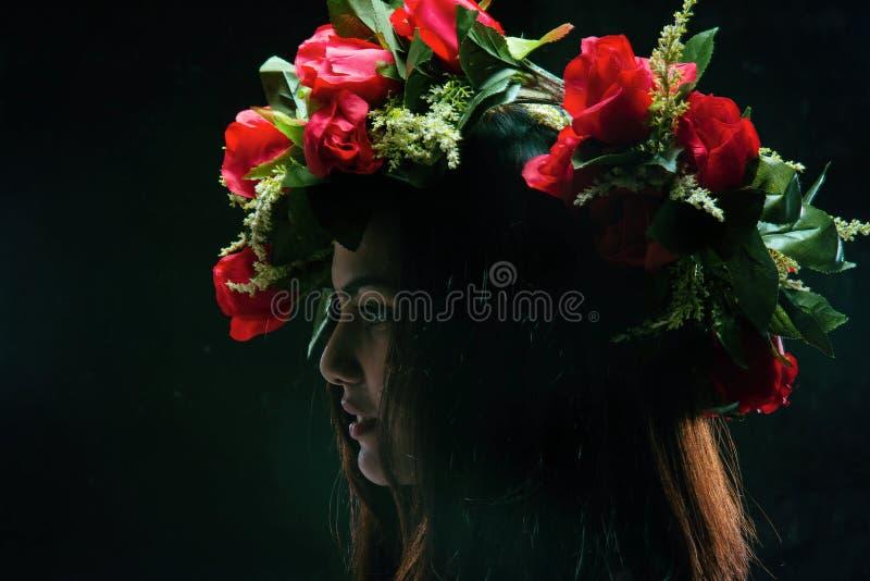 秀丽与玫瑰色冠的夫人面孔抽象派设计背景在她的头,画象样式、葡萄酒和艺术定调子 免版税图库摄影