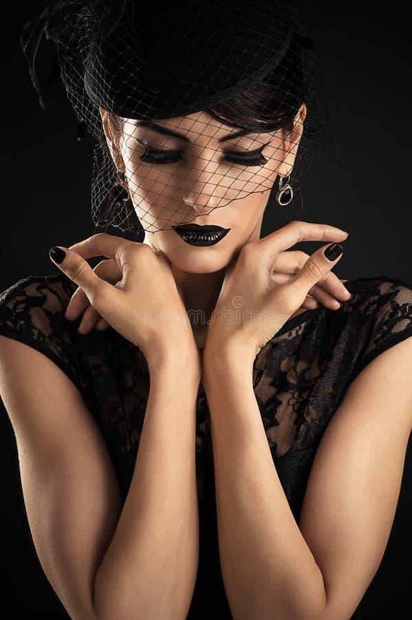 秀丽与黑构成的时装模特儿 免版税库存图片