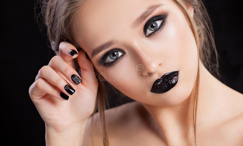 20秀丽世纪纵向回顾展复核s妇女xx 专业构成和修指甲与smokey眼睛 黑颜色 拷贝空间 库存图片