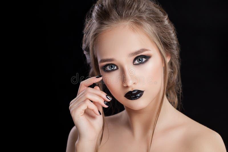 20秀丽世纪纵向回顾展复核s妇女xx 专业构成和修指甲与smokey眼睛 黑颜色 免版税库存图片