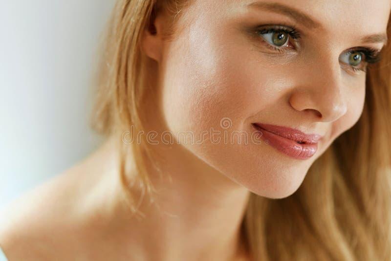 20秀丽世纪纵向回顾展复核s妇女xx 有美好的微笑的愉快的微笑的女孩 免版税库存照片