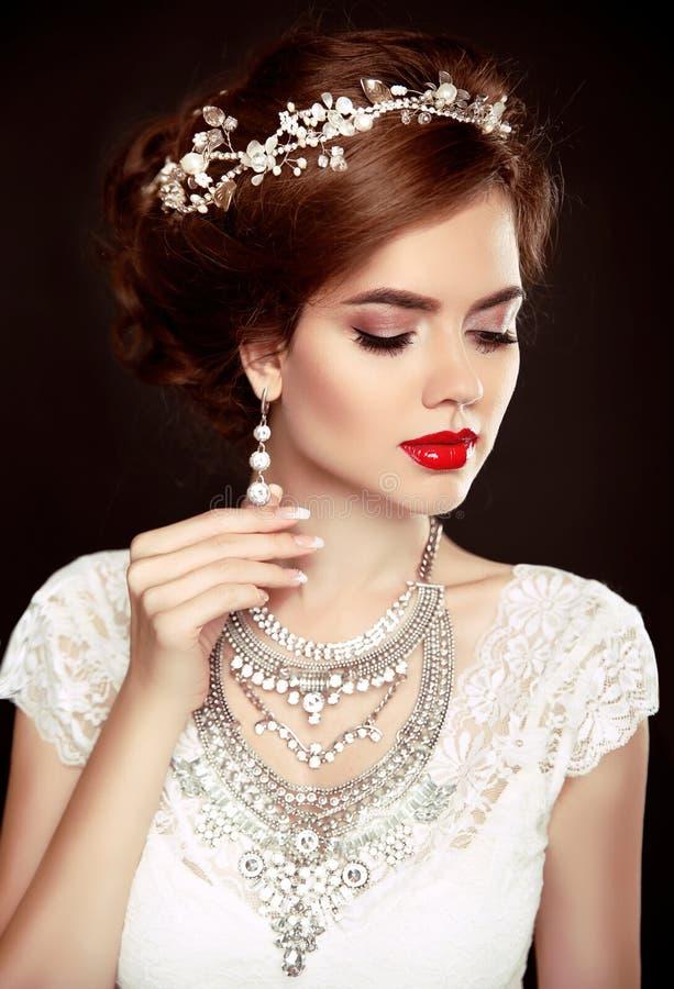 20秀丽世纪纵向回顾展复核s妇女xx 美好的逗人喜爱的发型锁定模型纵向配置文件婚礼 美好的时尚brid 库存图片