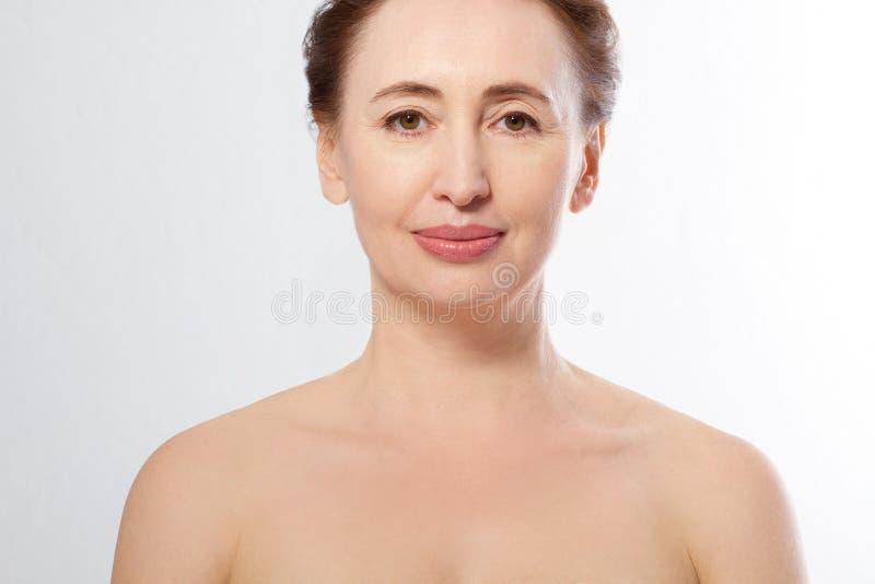 秀丽中年妇女面孔画象 在白色背景和防皱概念隔绝的温泉 成熟在整容手术白人妇女 库存图片