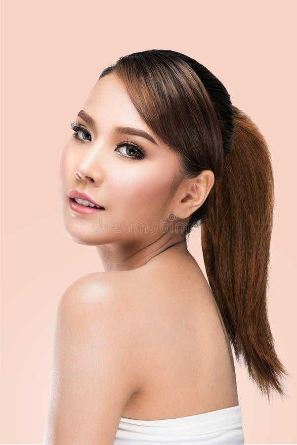 秀丽亚洲妇女面孔画象 有完善的新鲜的干净的皮肤的美丽的温泉模型女孩 免版税库存图片