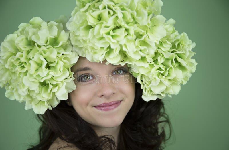 秀丽佩带绿色花的射击了十几岁的女孩 图库摄影