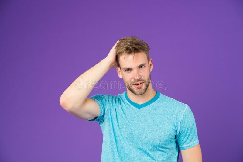 秀丽关心忠告运动员 有刺毛的人在运动的穿戴紫罗兰背景中满足了面孔 有不剃须的胡子的人 免版税图库摄影