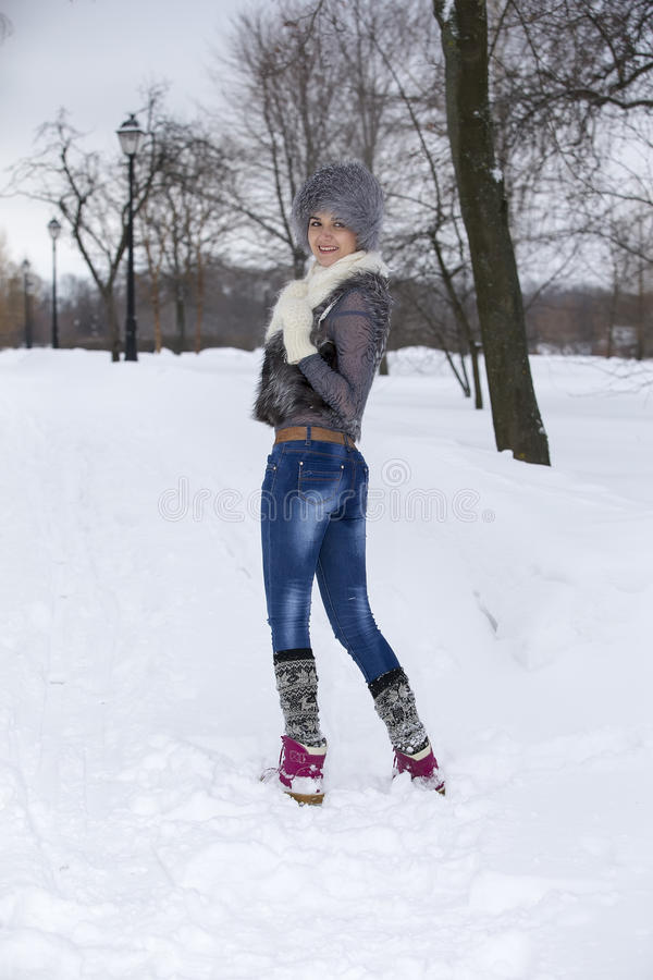 秀丽冬天女孩在冷淡的冬天公园 户外 飞行Snowf 免版税库存照片