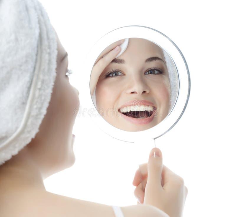 秀丽前面腾出妇女年轻人的镜子空位图片