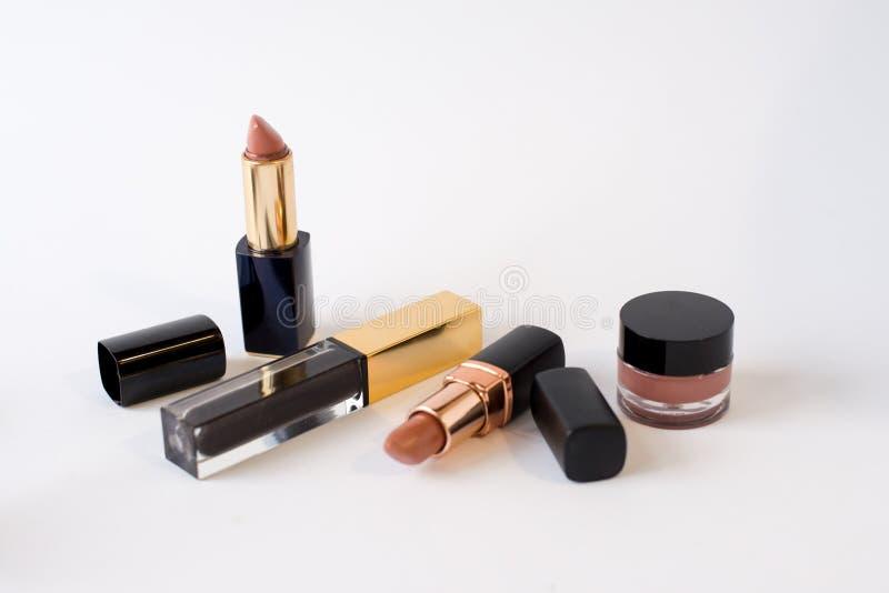 秀丽化妆用品的平的被放置的图象组成唇膏,奶油,花 与拷贝空间的顶视图,您的文本的 o 库存图片